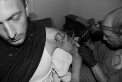 1er-tattouage-en-bosnie-a-l-arrache-sur-un-chantier