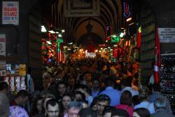 des mıllıers de corps emplıssent les rues d' Istanbul. Et le 23 Mars, fete Natıonale, plus encore...