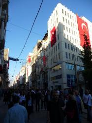 une rue touristique a istanbul, un peu rouge...